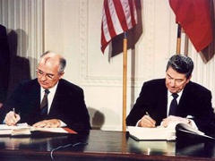 Unterzeichnung des INF-Vertrags 1987 - Foto: National Archives and Records Administration ARC Identifier 198588, courtesy Ronald Reagan Presidential Library - gemeinfrei
